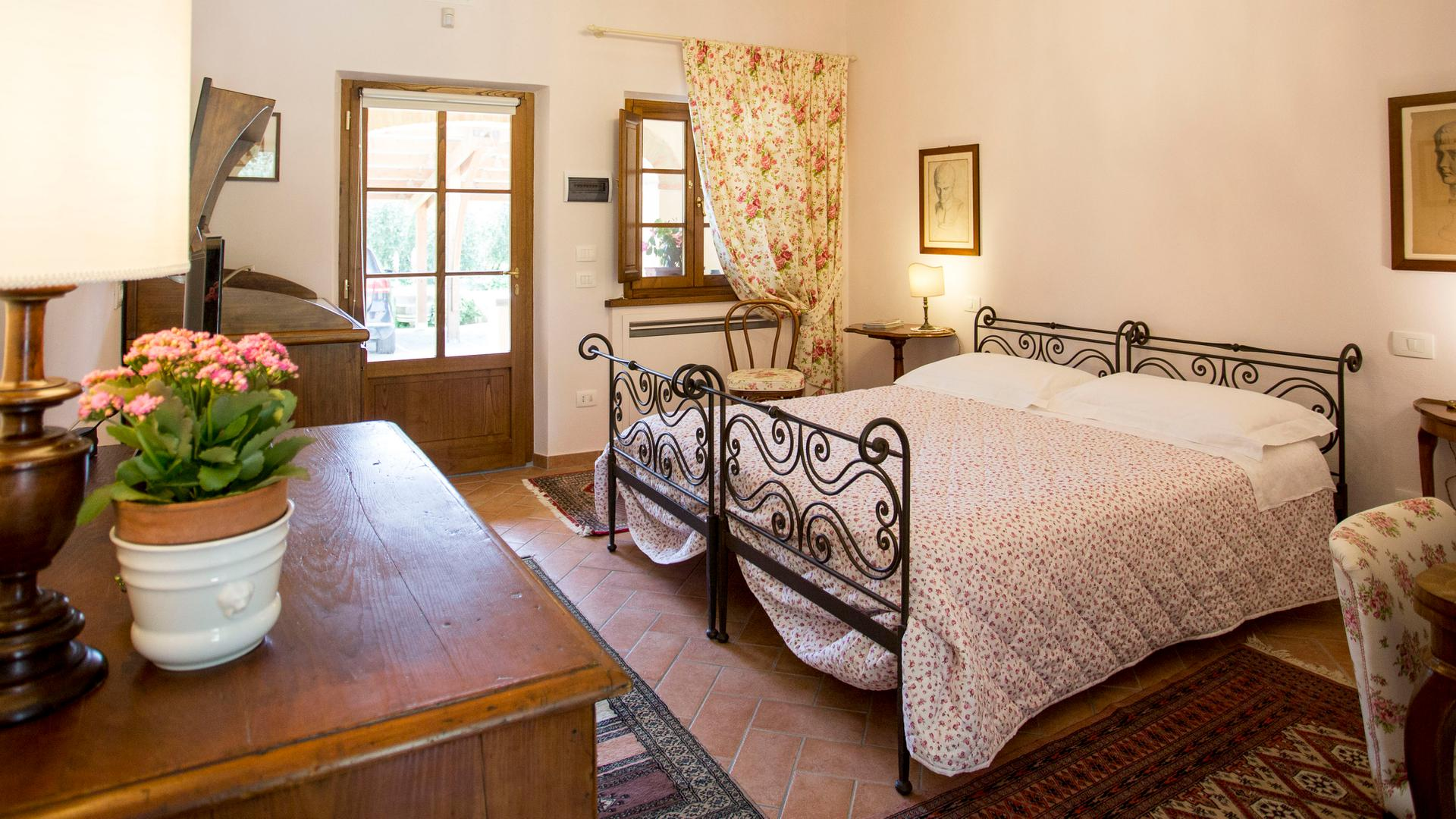 Bedrooms in agriturismo with swimming pool in Cortona | Arezzo, Tuscany